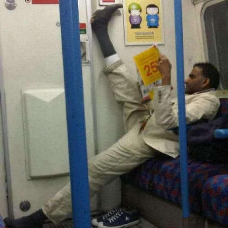 мужчина в вагоне метро