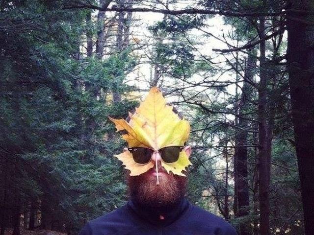 мужчина с желтым листиком на лице