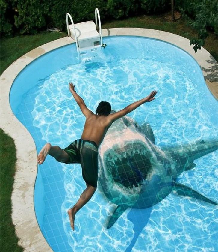 парень прыгает в бассейн