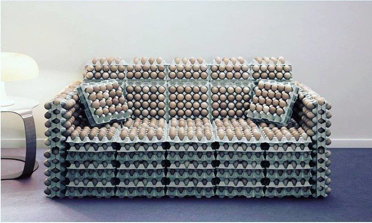 диван из лотков с яйцами