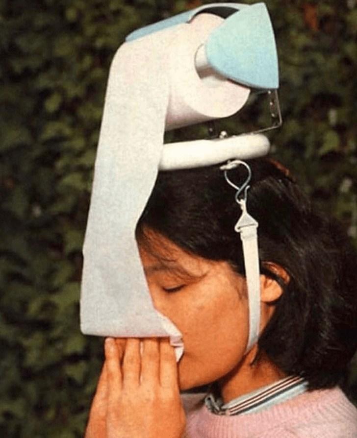 девушка с туалетной бумагой на голове