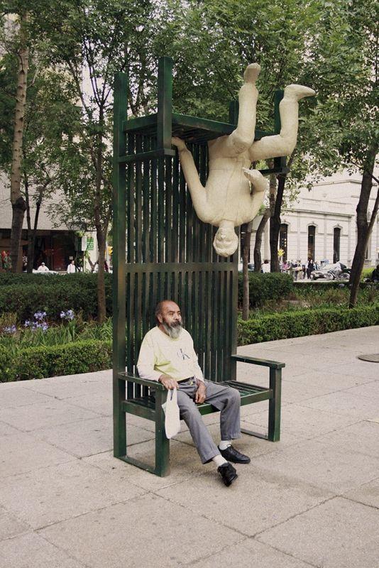 мужчина сидит на остановке