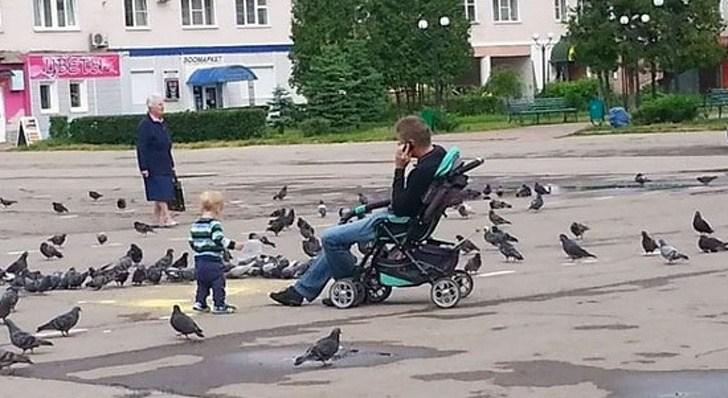 отец и сын на улице