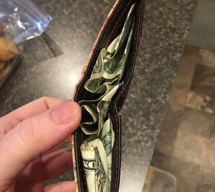 помятые деньги в кошельке