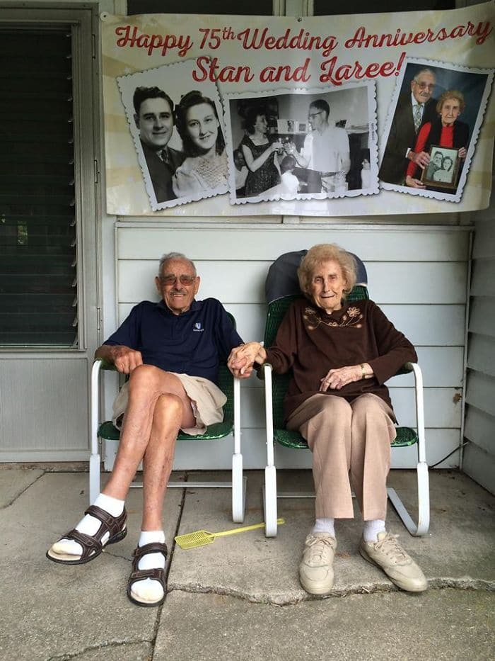 старики сидят возле дома над ними фотографии