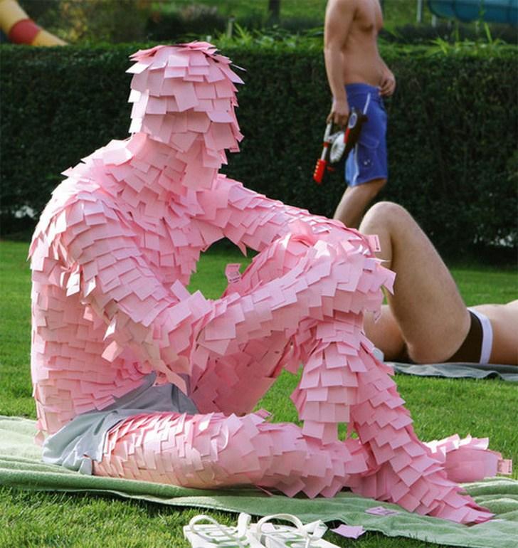 человек в розовых стикерах