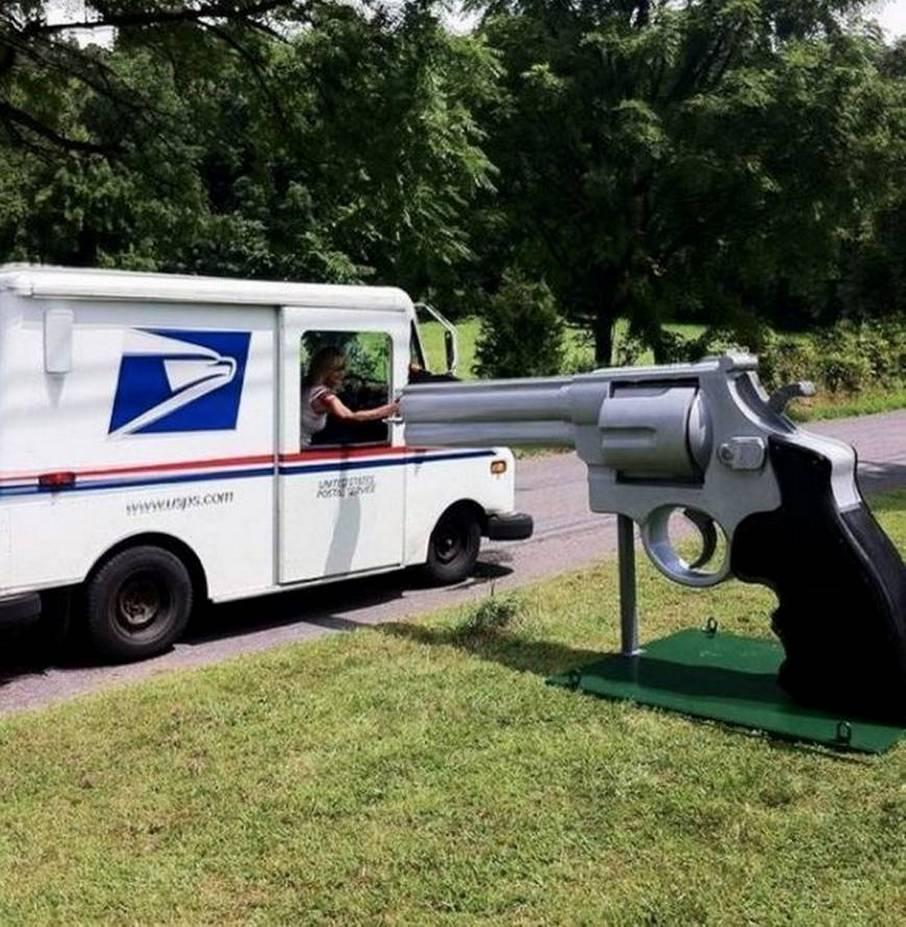 почтовый ящик в форме пистолета