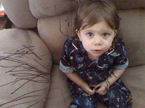 ребенок нарисовал на диване