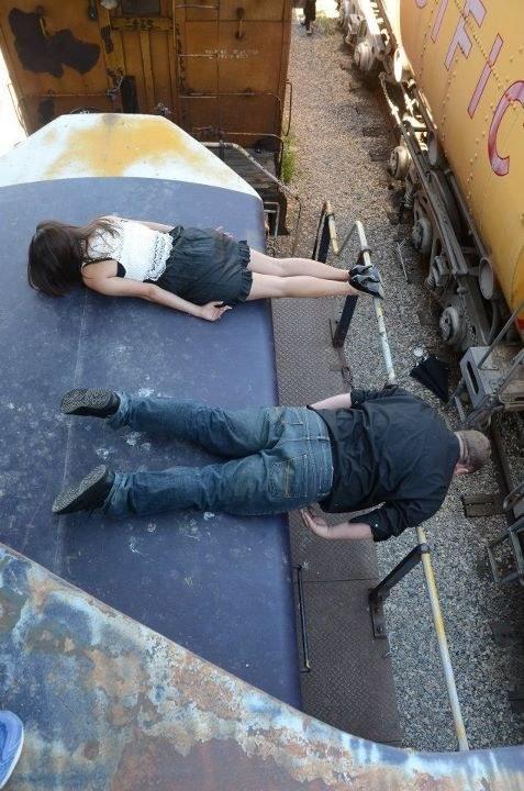 странные люди на крыше поезда