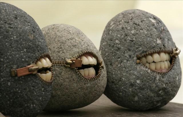 камни с зубами