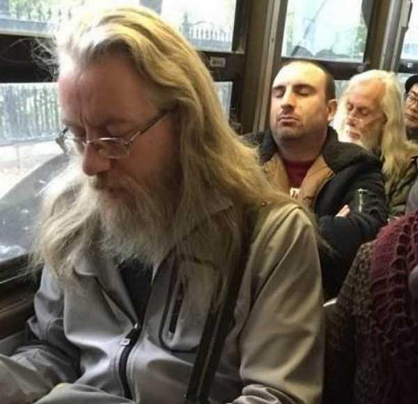 мужчины в автобусе