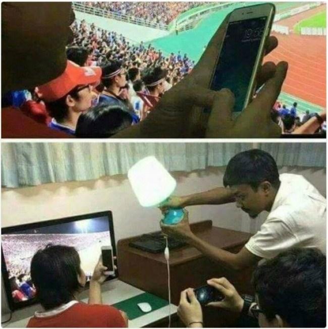 парень с телефоном на стадионе