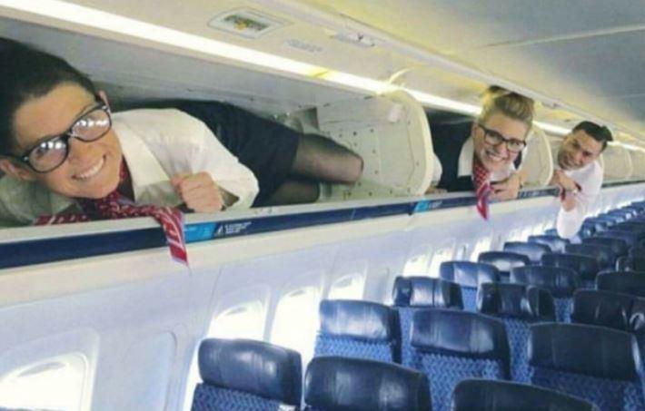 стюардессы на полке для сумок