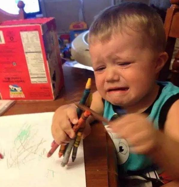 мальчик плачет с карандашами в руках