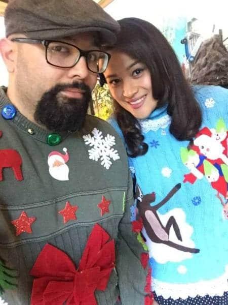 мужчина и женщина в рождественских свитерах