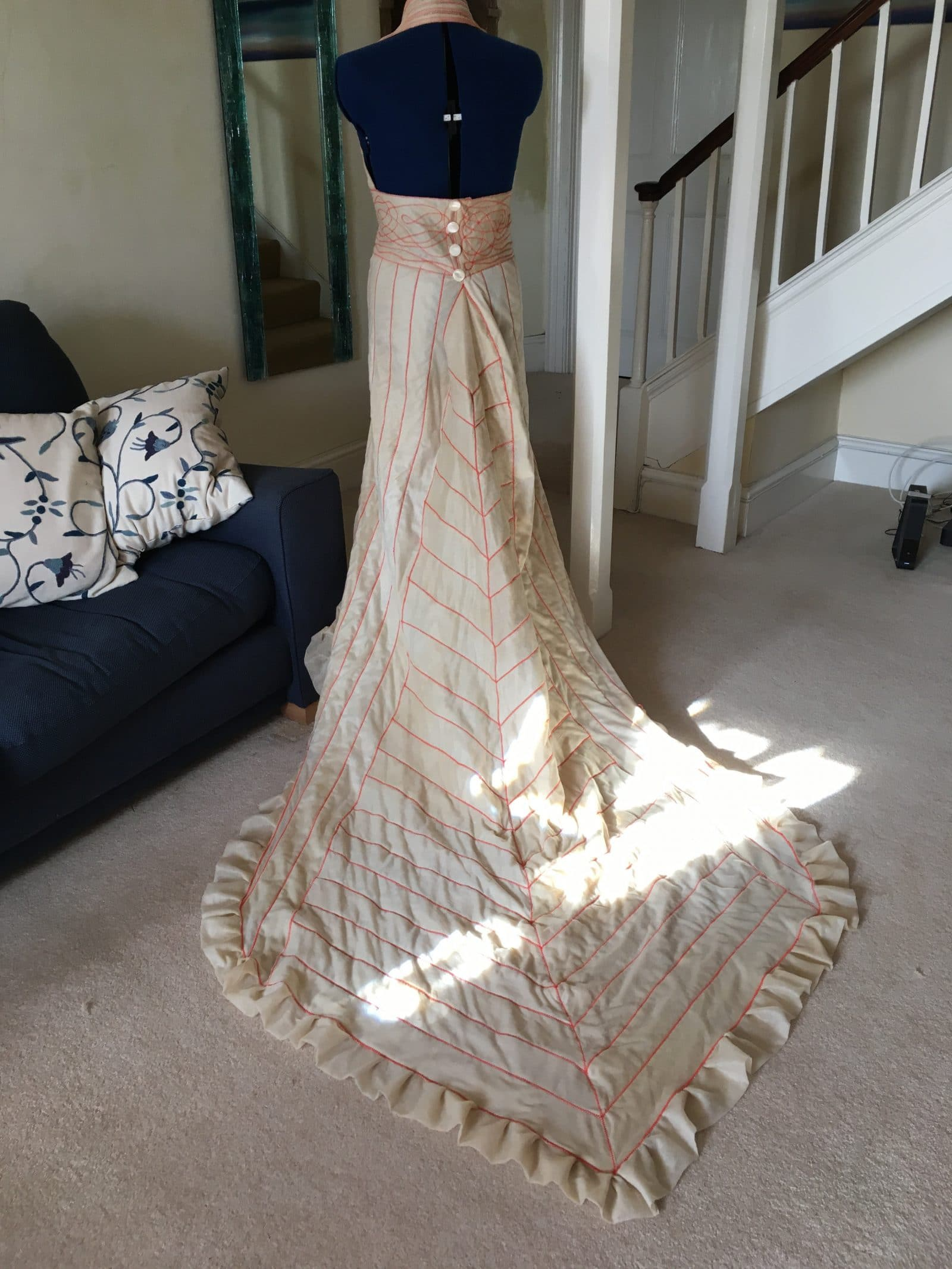 Дизайнер пошила для певицы вечернее платье из отходов. Эти наряды спасут Землю!