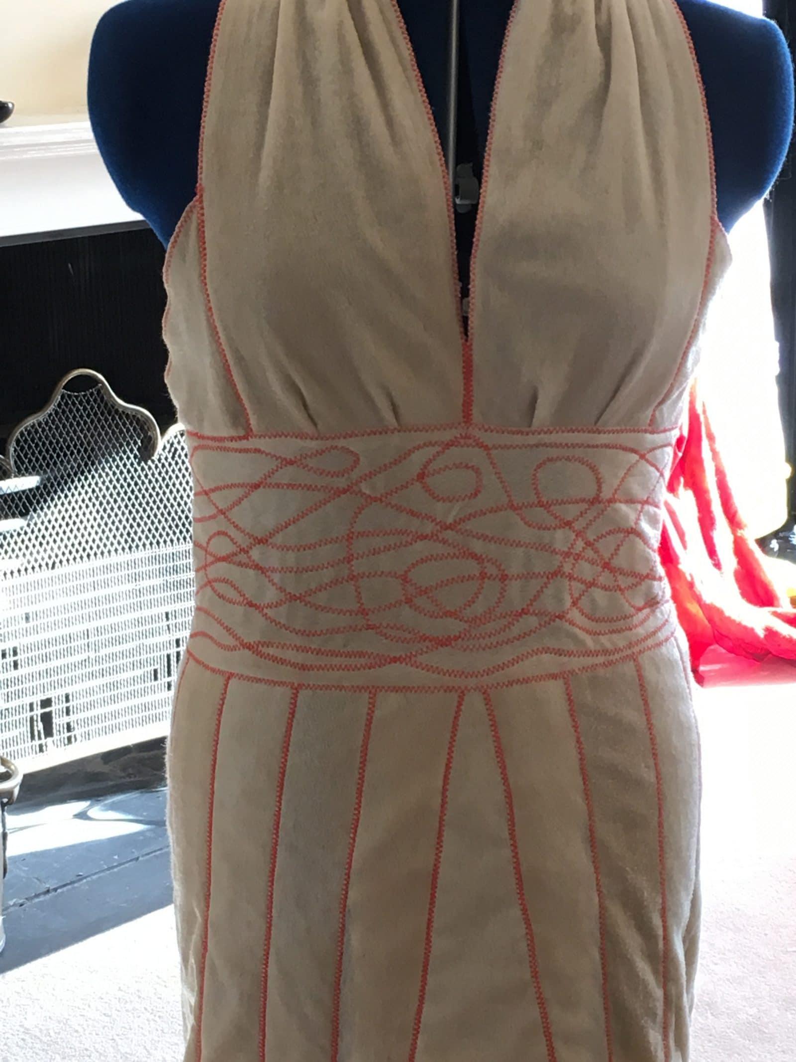 платье на манекене розовый узор