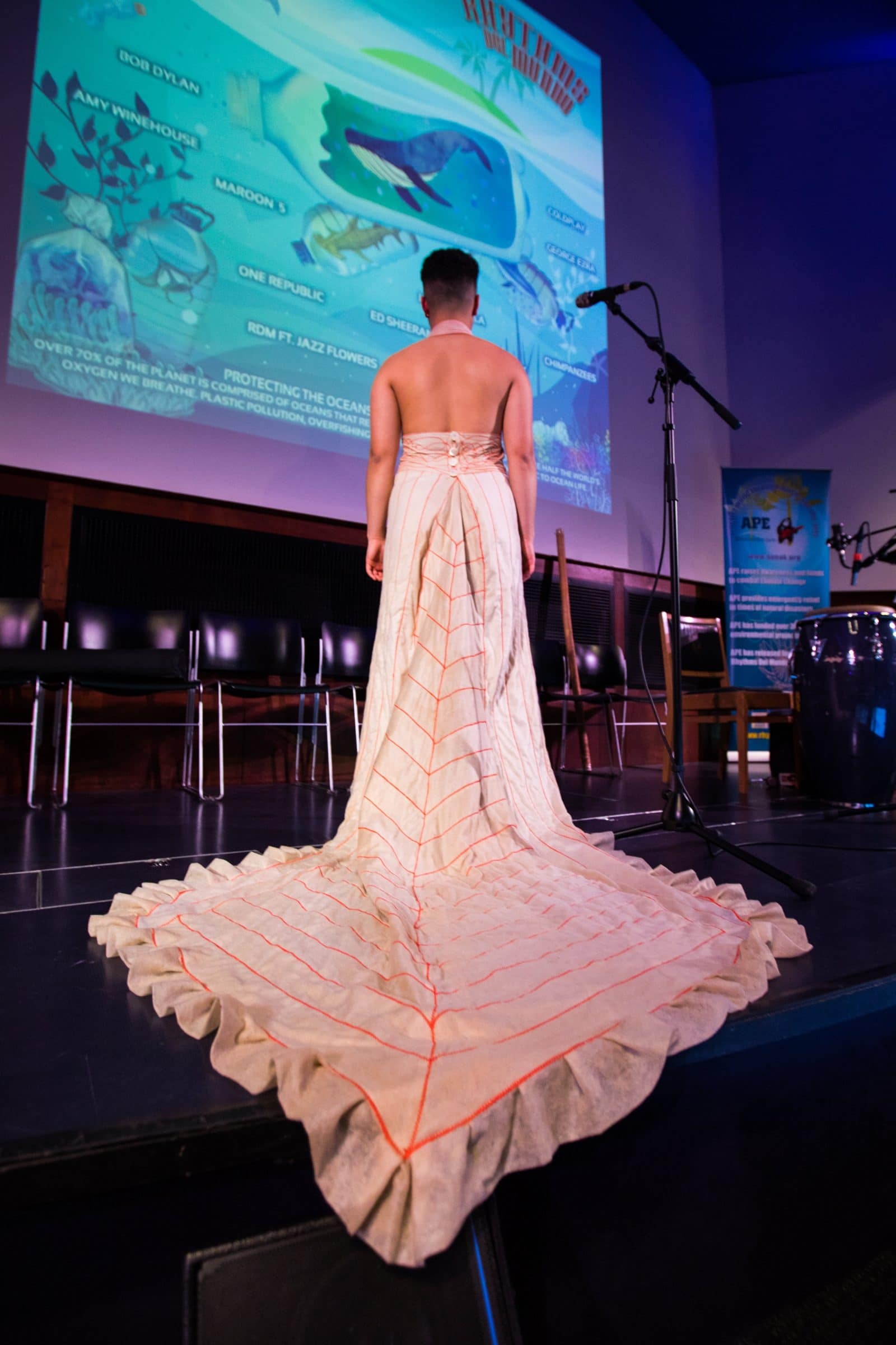 женщина в длинном розовом платье со спины