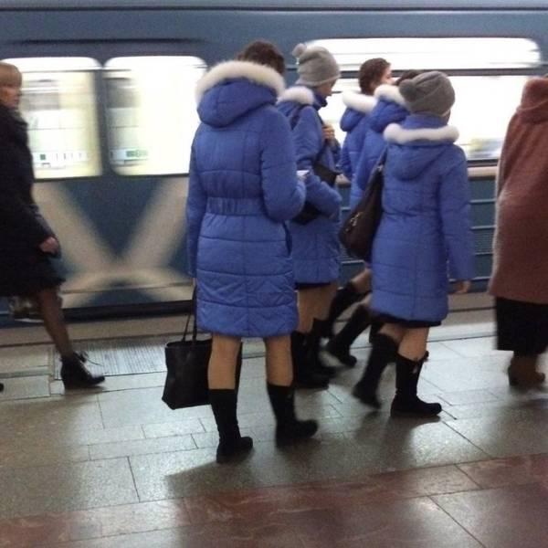 девушки в одинаковых пуховиках
