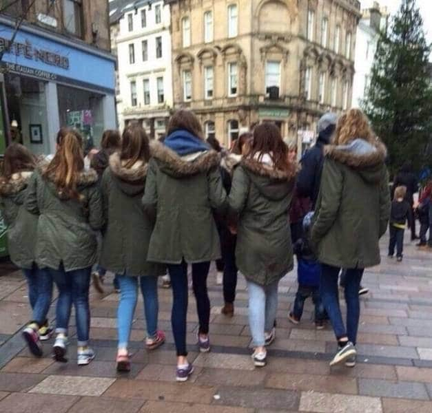 девочки в одинаковых парках