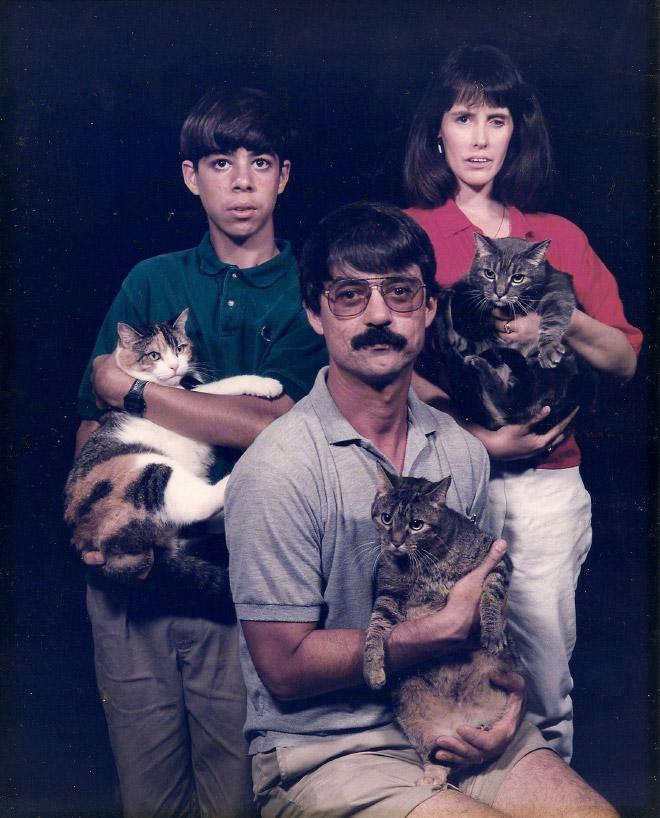 семья с кошками на руках