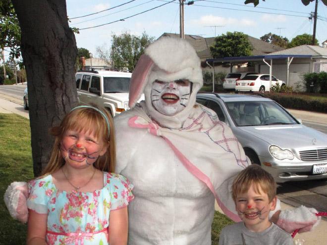 дети с папой в костюме зайца
