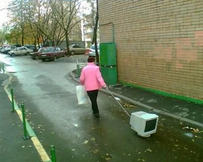 женщина тянет за собой компьютер