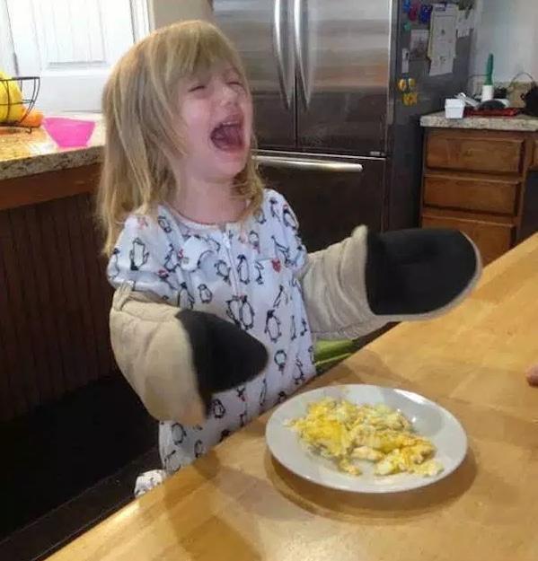девочка плачет за столом