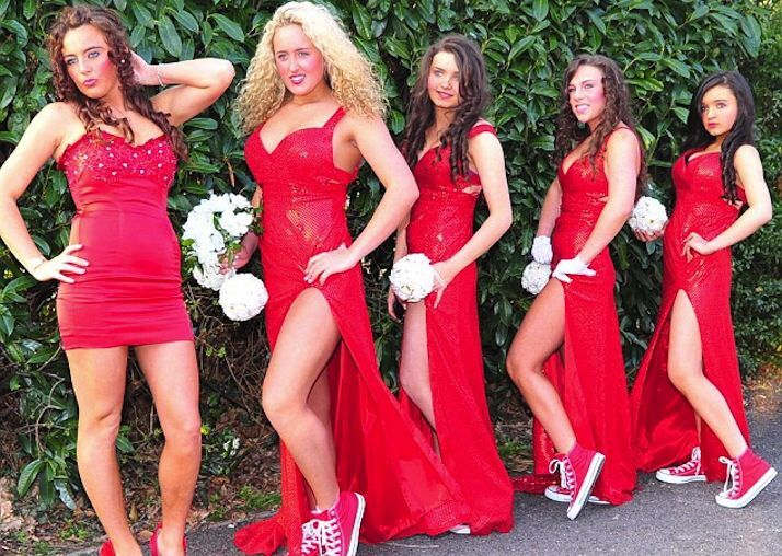 10+ уморительных фотографий невест и их подружек, которые выбрали не самый лучший наряд!