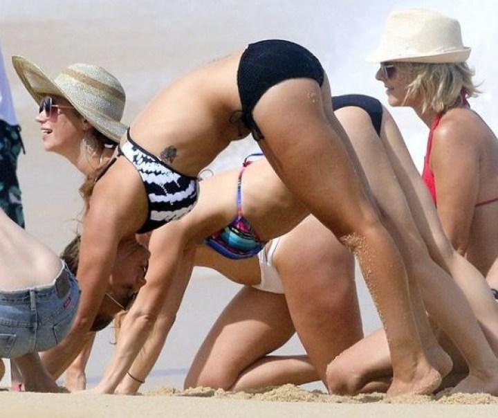 девушки на пляже занимаются йогой