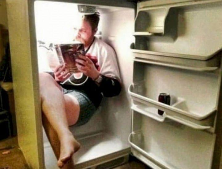 мужчина в холодильнике