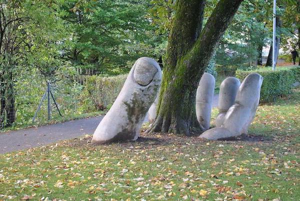 скульптура ладони под землей