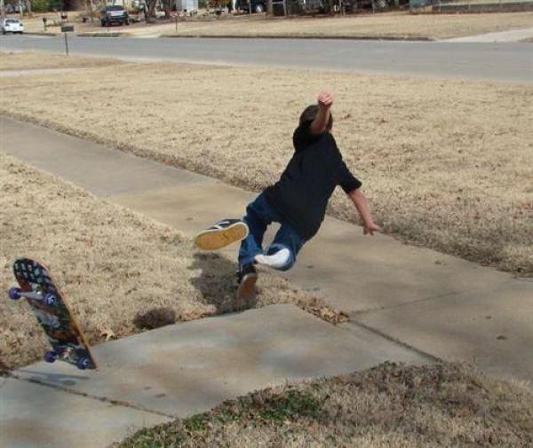 мальчик падает со скейтборда
