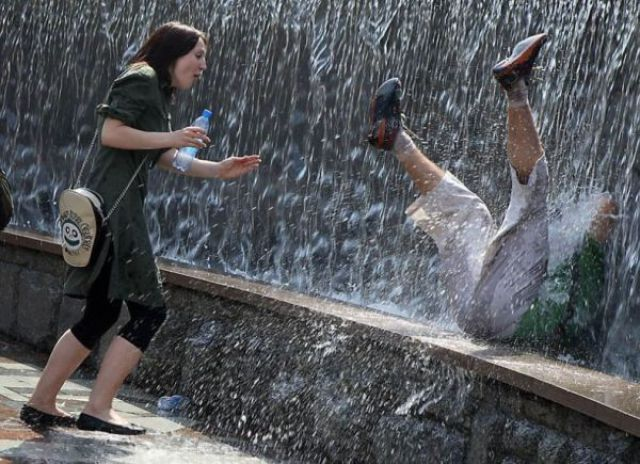 мужчина падает в фонтан