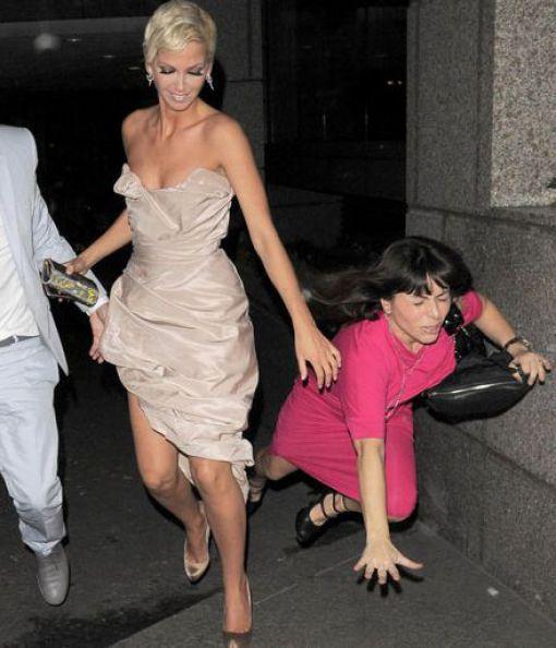 женщина падает на асфальт