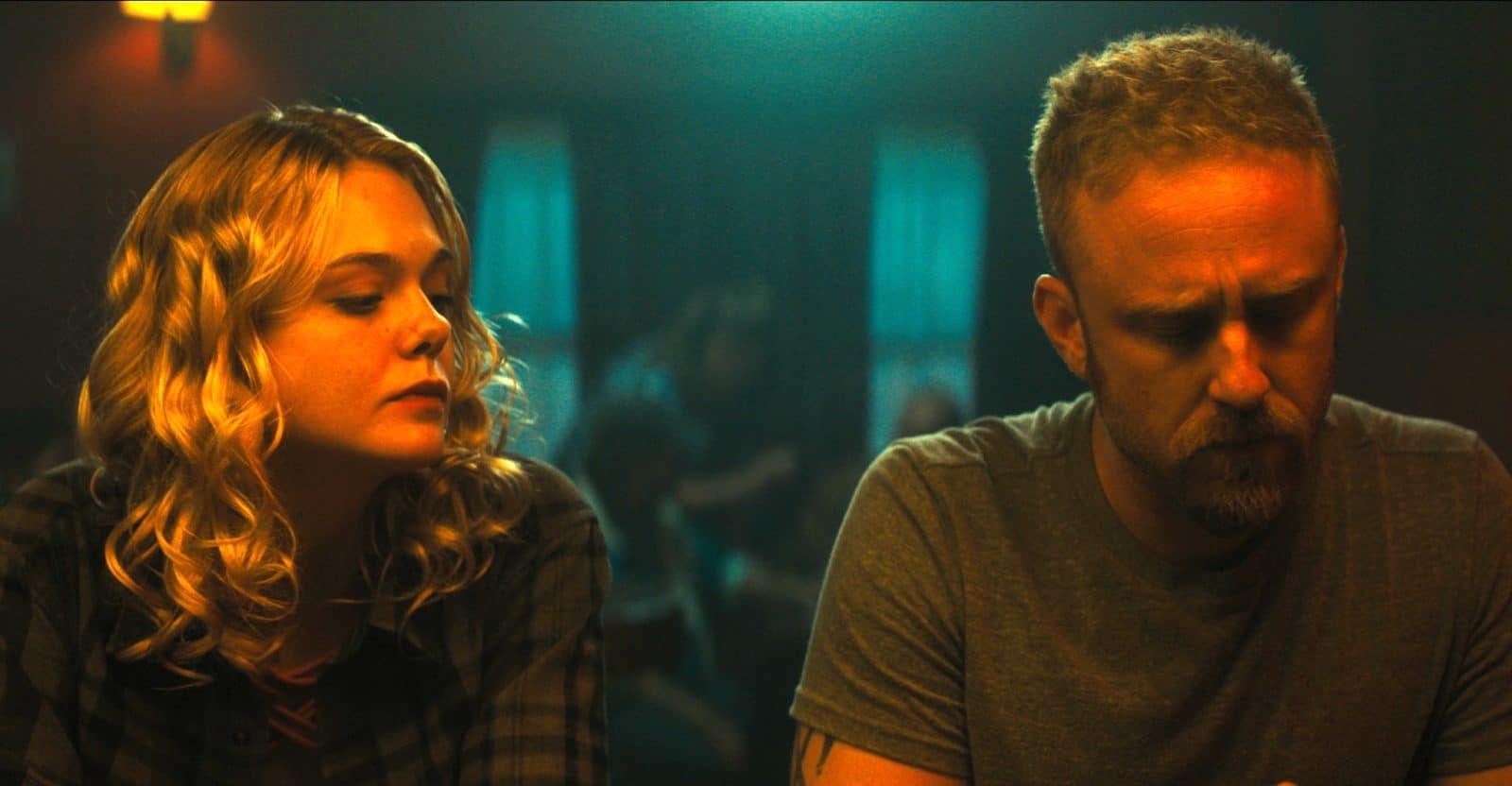 девушка и мужчина сидят в темном баре