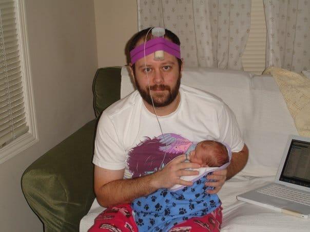 папа кормит малыша