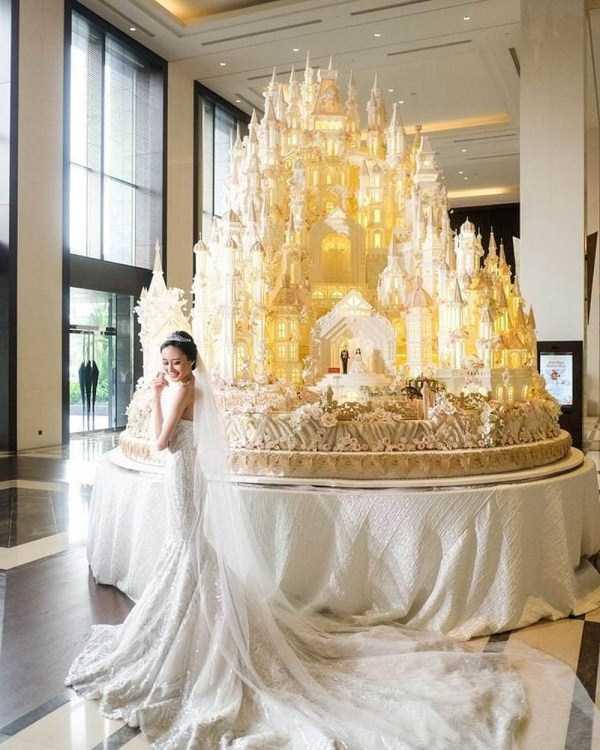 невеста рядом с тортом
