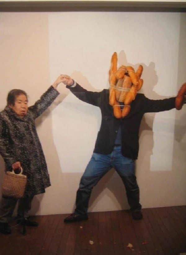 японец с хлебом на голове