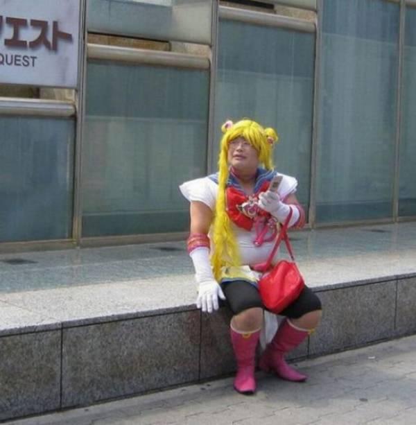 японец в парике и розовых сапогах