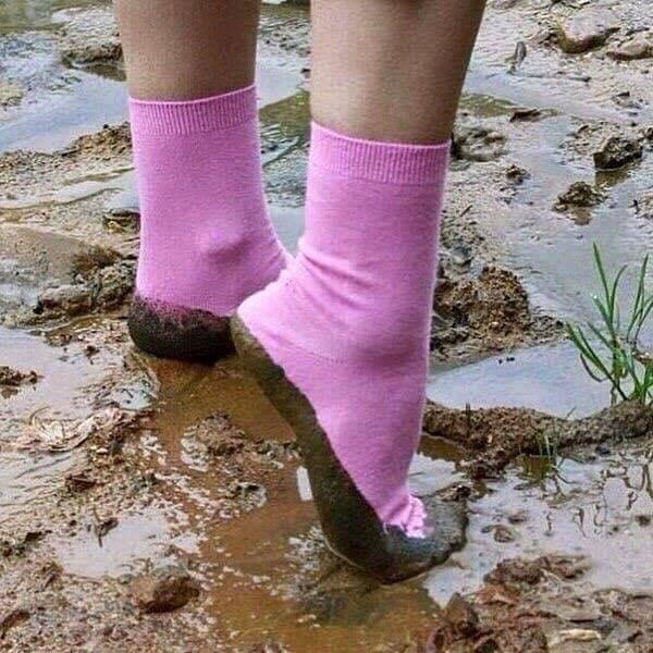 человеческие ноги в грязи