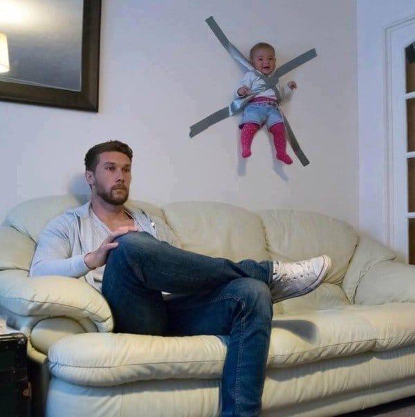 ребенок приклеен скотчем к стене