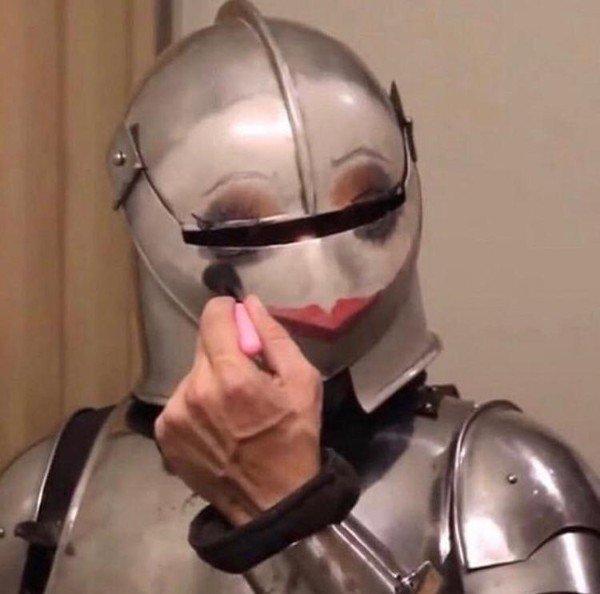 рыцарь с макияжем на шлеме