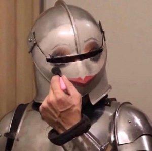 парень в рыцарских доспехах