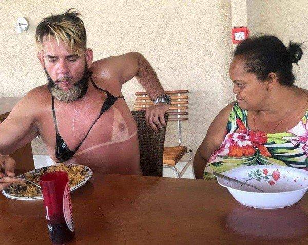женщина смотрит на мужчину в лифчике