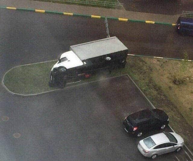 грузовик лежит на боку