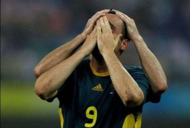 футболист закрыл лицо руками