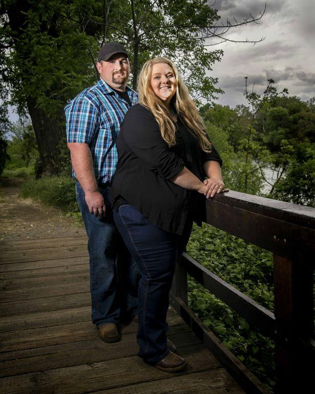 полная пара стоит на мостике в парке