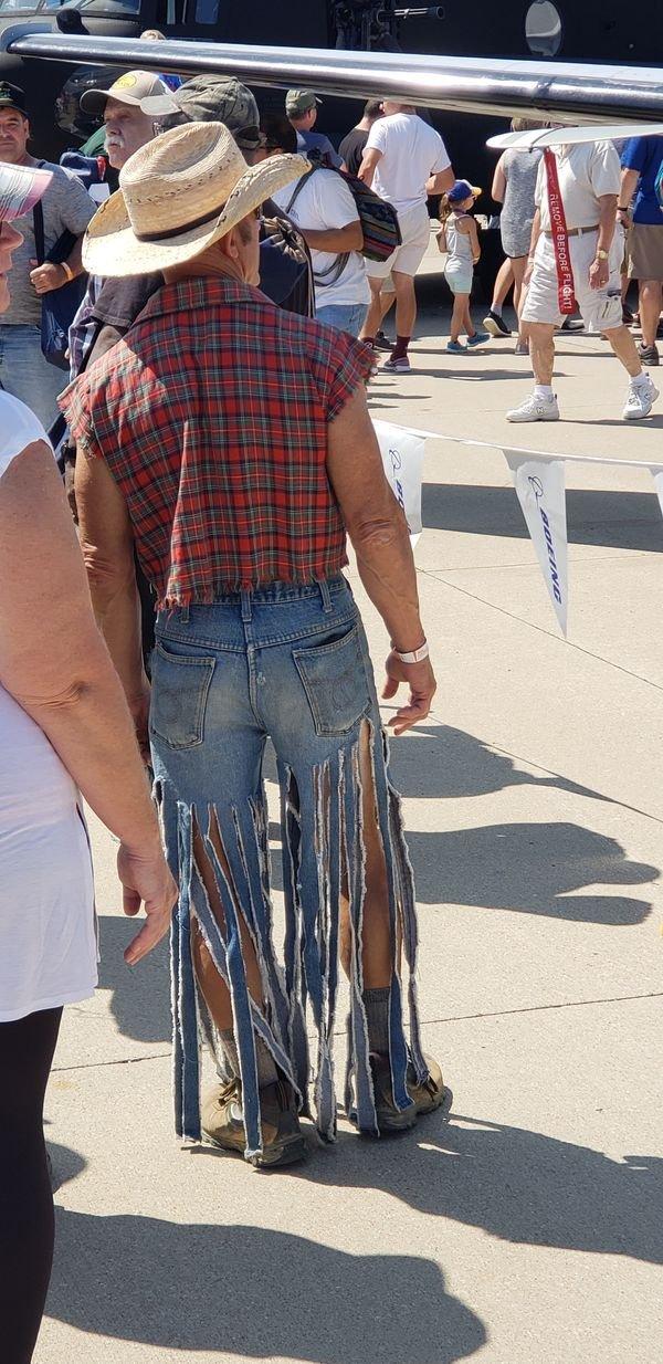 мужчина в рваных джинсах