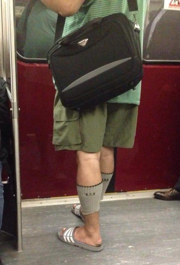 мужчина с сумкой в метро